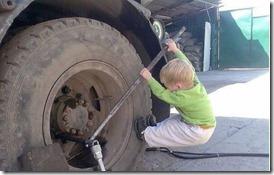 Reifenwechsel-am-LKW-schaffen-auch-Kinder